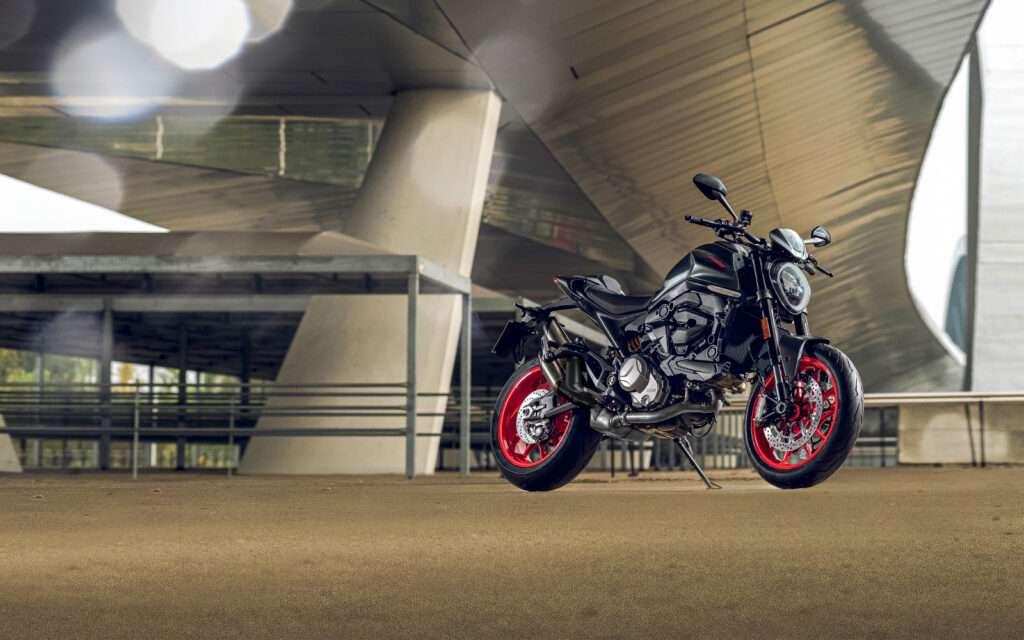 Ducati Monster 2021 in schwarz unter einer Brücke