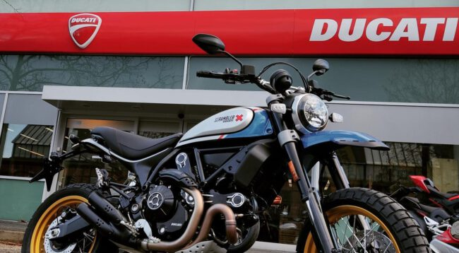 Ducati Scrambler Desert Sled Blue Sparkle vor Ducati Berlin