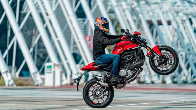 Nakedbike Testsieger Ducati Monster mit Motorrad Leasing